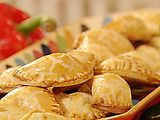 Just watched this episode, now I want these! Paula Deens chicken empanadas.