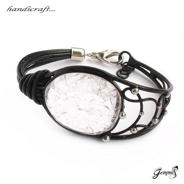 Náramek Ice Crystal Originální, autorský ručně tvořený, pájený šperk. Šperk z cínu je patinovaný, leštěný a povrchově ošetřený. Vsazeným kamenem je Křišťál. Kámen je speciálně upravený za vysokých teplot,vznikl tak uvnitř kamene krásný, dekorativní vzhled ledově zmrzlého křišťálu na povrchu hladký, kompaktní beze změn. Náramek je složený ze dvou ...