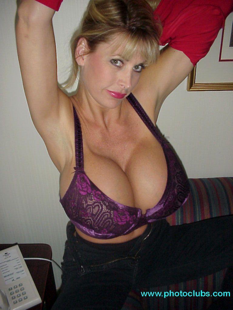 Incredible big boobies of amateur girl arianna