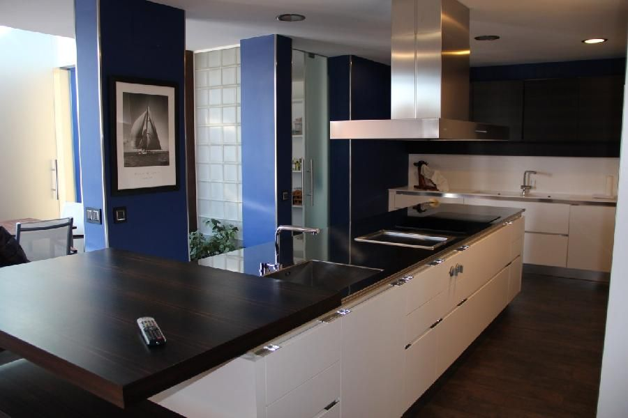 Gran cocina moderna con isla central muebles salvarini - Suelos para cocinas modernas ...