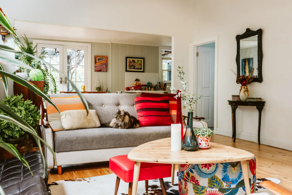 A 1920s Australian House Is Full Of Secondhand Finds Fabulous Art And Cute Pets In 2020 Australian Homes House I Love House
