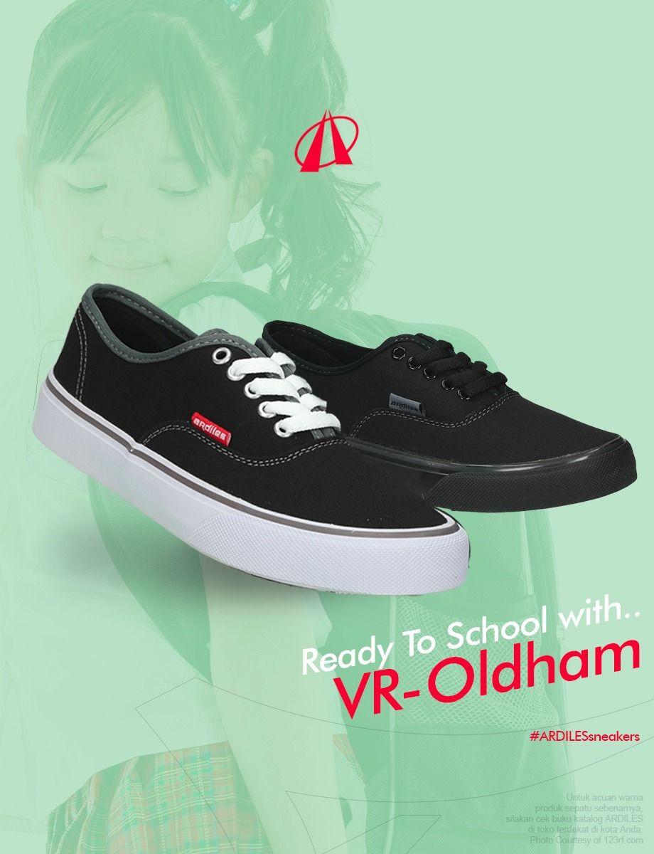 Saya Menjual Sepatu Vans Putih Plat Hitam Seharga Rp54 000