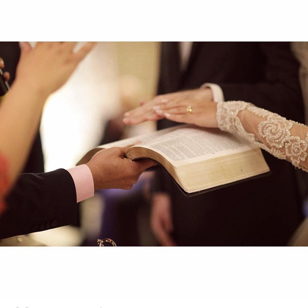 Momento importante para a vida do Casal!!! Sua consagração.... Bom dia!!! #mariage #matrimonio #noiva #noivas #noivinha #noiva2015 #noiva2016 #noivinhas #noivaclassica #noivarealizada #noivasdobrasil#brida #bride #bridal #brides #voucasar #chic #casar #casório #casório #clássico #casamento #casamentos #luxodefesta #luxury #instabride#decoraçãocasamento #flowers #FashionBride #foconosdetalhes#flores by noivadossonhosjr