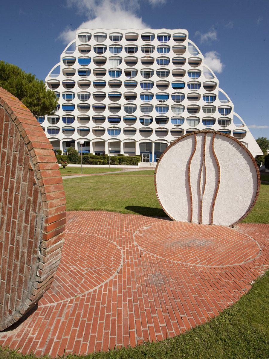 Jardins Des Residences Fidji Architecte Jean Balladur A La Grand Motte Avec Images Architecte Francais La Grande Motte Architecture