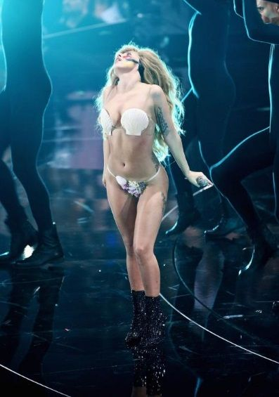 بالصور ليدي غاغا تظهر مؤخرتها في حفل توزيع جوائز أم تي في لعام 2013 Machahir Helwamag Com حلوة مشاهير Lady Gaga Fashion Lady Gaga Body Revealing Outfits
