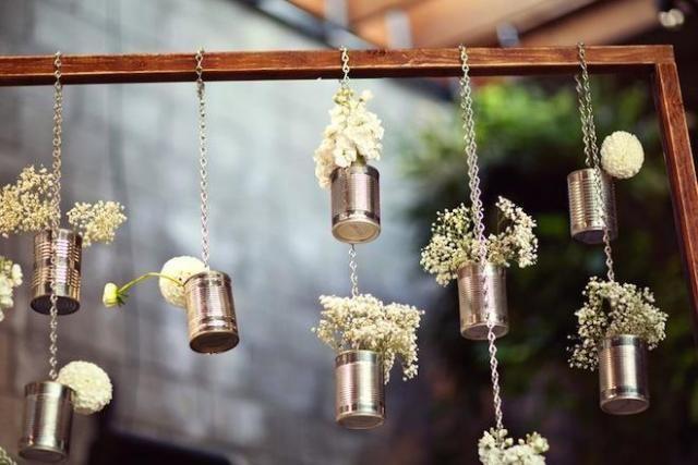 Con latas y cadenas flores colgantes para una Boda al aire libre.-