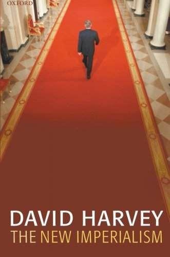 """David Harvey  geógrafo y sociólogo británico, se une al movimiento de geografía radical. Escribe """"The New Imperialism"""" q expone """"acumulación por desposesión"""": un proceso de colonización de nuevos yacimientos de recursos para los capitalistas: desde los servicios de agua, electricidad, vivienda o salud, hasta la apropiación de los más diversos recursos naturales y el despojo de millones de pequeños propietarios para enriquecer al capital."""