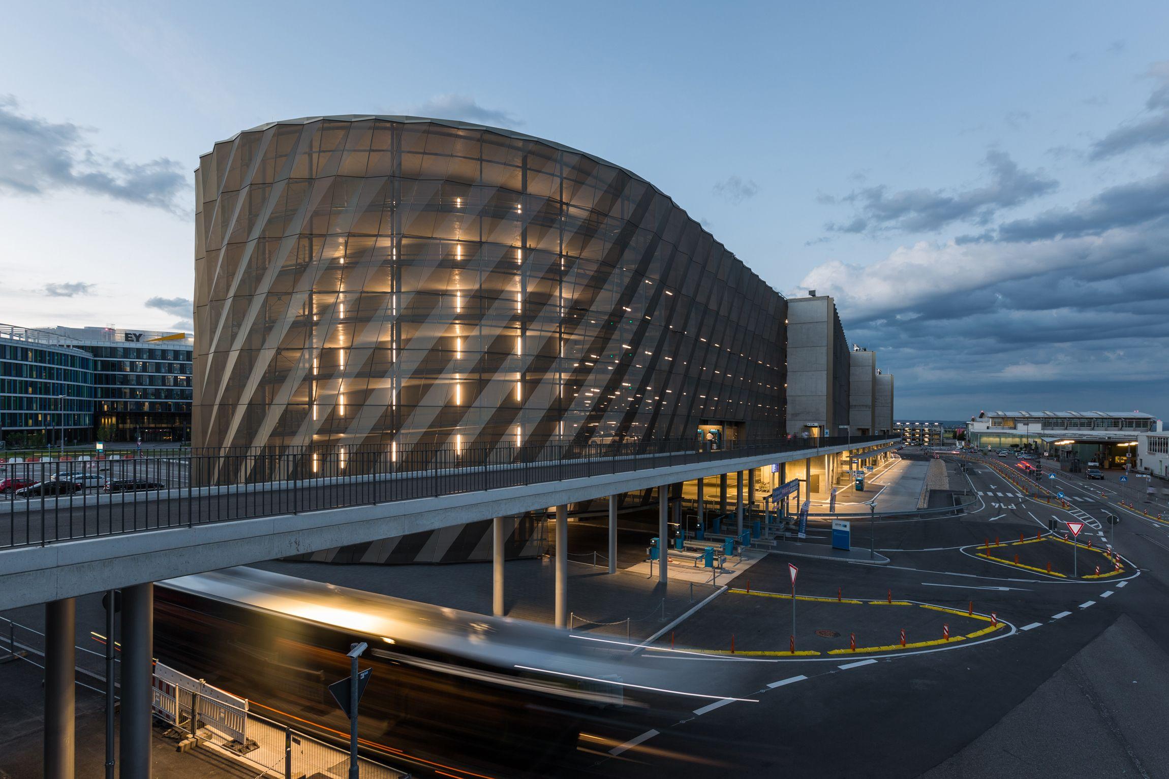 In Standiger Bewegung Busterminal Mit Parkhaus P14 Flughafen Stuttgart Wulf Architekten Flughafen Stuttgart Stuttgart