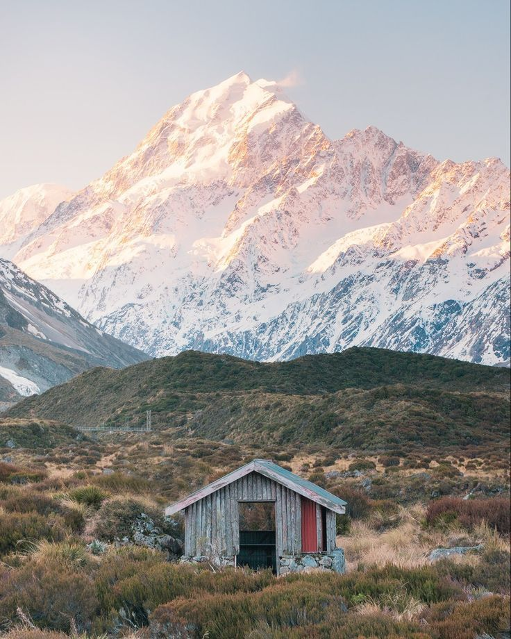 The South Island of New Zealand is a must have on your bucketlist. This gorgeous island features some gorgeous travel locatons and landscapes. Click here to read this full travel guide, best locations to visit and much more. #NewZealand #MountCook #NewZealand #RoadTrip #RoysPeak #MilfordSound #NZ #SouthIsland #LakePukaki #Tekapo #Wanaka #Photography