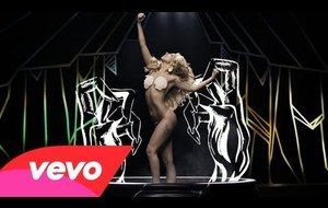 Gaga regresa pisando fuerte