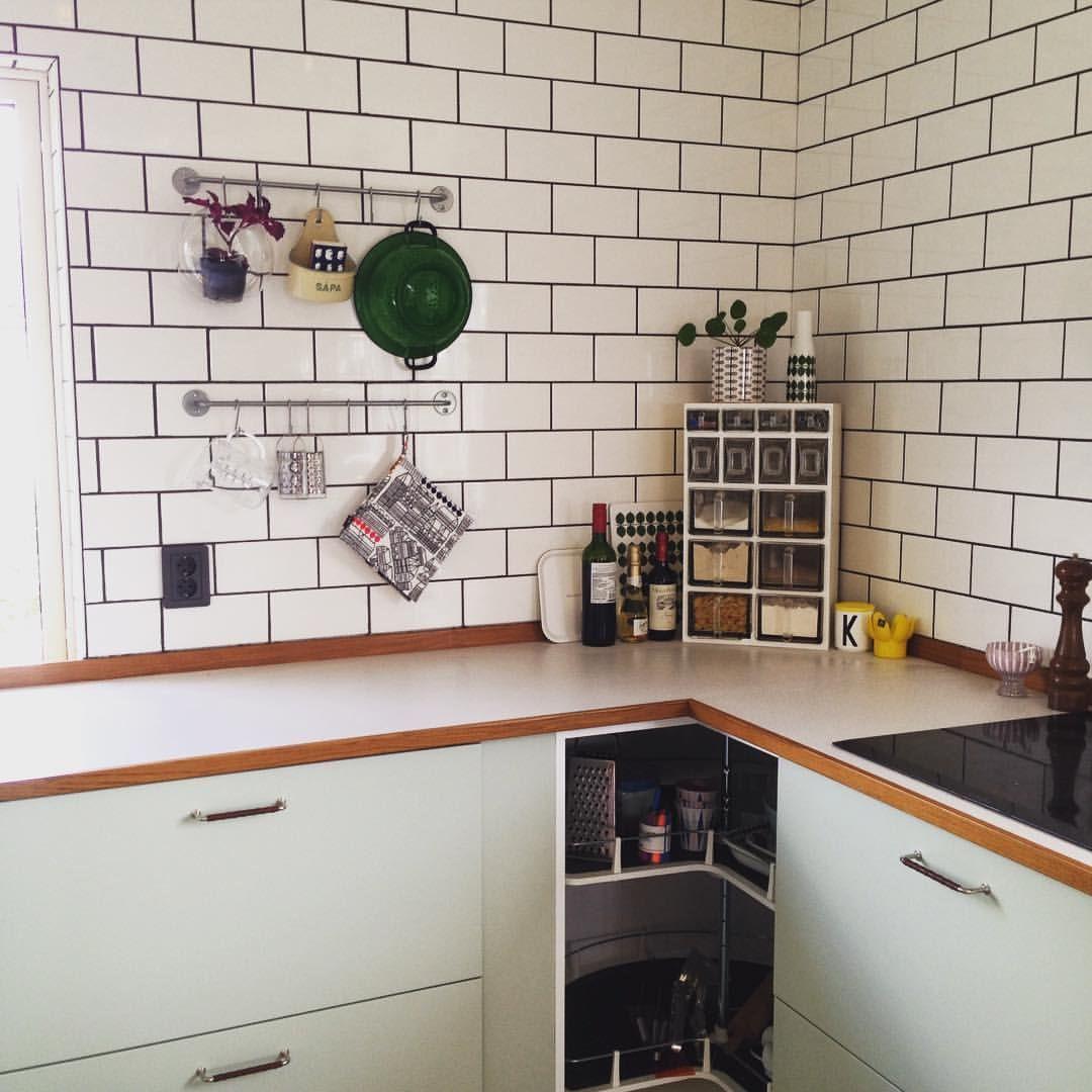 Lindblomsgrönt kök. Ljus virrvarr med trälist. | Kök | Pinterest ...