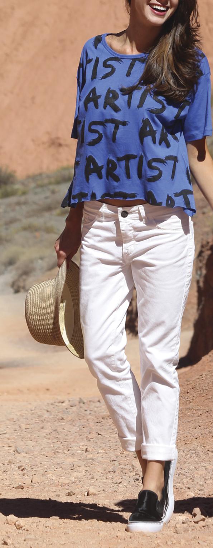#Pantalón blanco y #top azul con estampa. Infaltables las panchas para completar este #look cómodo y divertido!