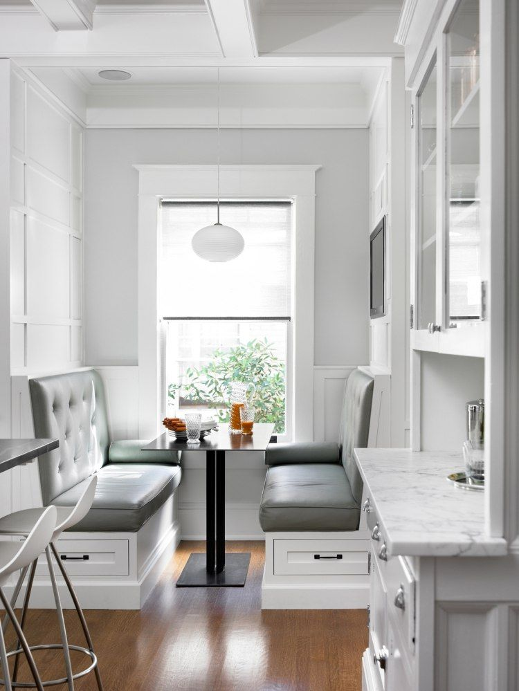 Sitzplätze neben dem Fenster an gemütlichen Sitzbänken in der Küche ...