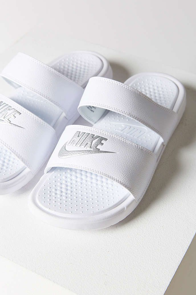 claquettes blanches nike shoes pinterest claquettes. Black Bedroom Furniture Sets. Home Design Ideas