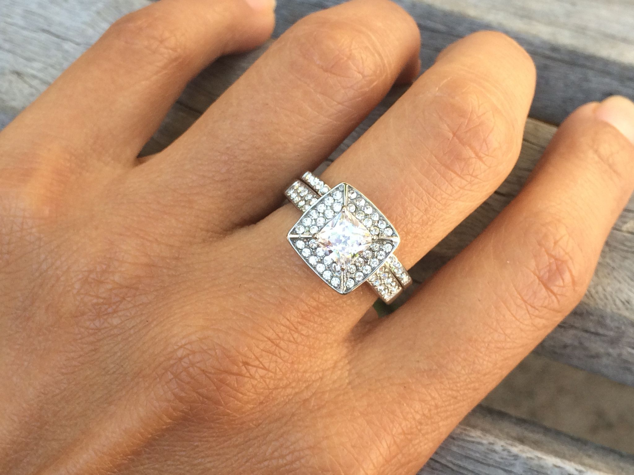 This brand new women's wedding ring set is made of non