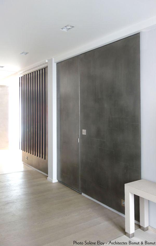 mur et porte sous tenture en etain m tallisation froid. Black Bedroom Furniture Sets. Home Design Ideas