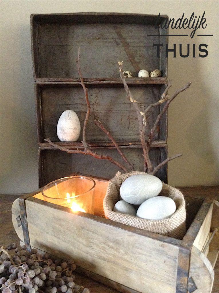 Paasdecoratie In Oude Steenmal En Bakblik Landelijk Thuis Paasdecoratie Knutselen Voor Pasen Decoratie