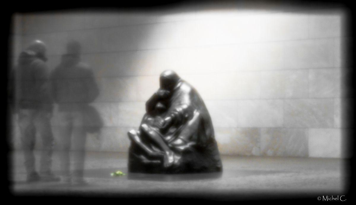 En mémoire des victimes de la guerre et de la tyrannie,