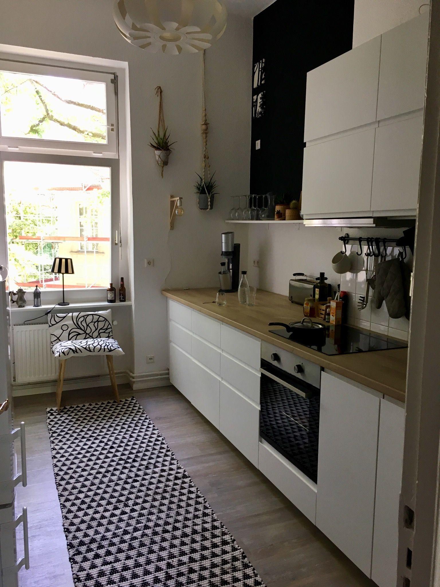 Eine längliche Küche mit einer modernen Küchenzeile in ...