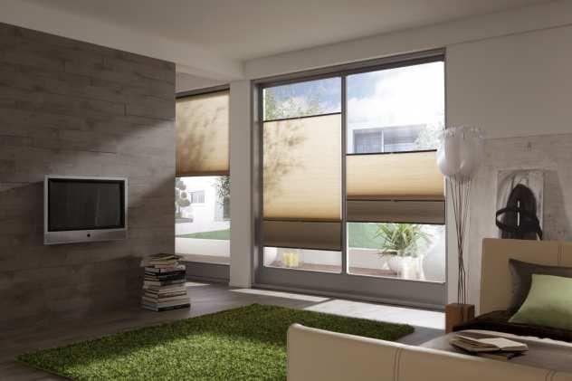 Plissees in braun im kleinen Wohnzimmer einrichten | Sonnenschutz ...