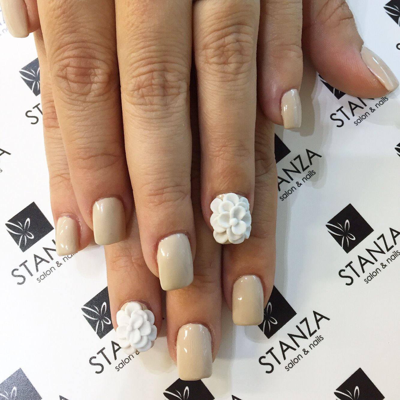 Stanzasalon Gelish 3D flowers nailart