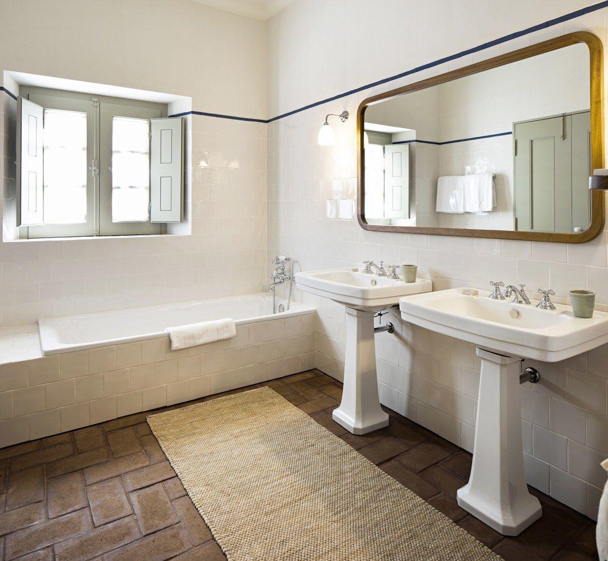 Rustic white bathroom by Anahory Almeida at São Lourenço do Barrocal ...