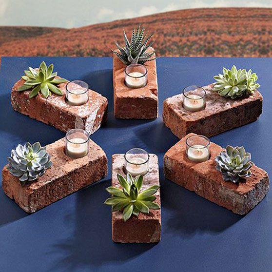 ein Backstein mit zwei Löchern in ein Loch ein teelicht und ins andere ein Steingewächs ,eine tolle Dekoidee für den Garten wenn man eine Feier hat