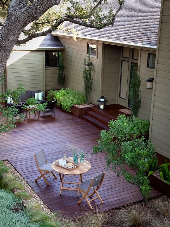 terrasse idee hinterhof holz boden lounge essbereich pflanzen ...