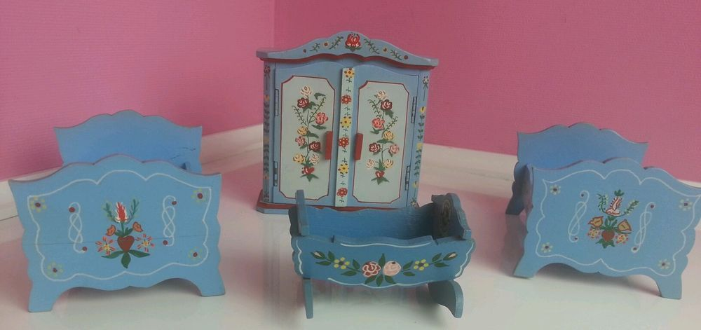 dora kuhn puppenstube m bel schlafzimmer bauernmalerei blau schrank bett wiege ebay dora. Black Bedroom Furniture Sets. Home Design Ideas