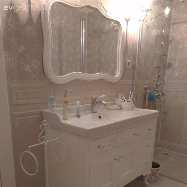 Aygün hanımın duvar kağıtları ile hareketlenen banyo dekorları..