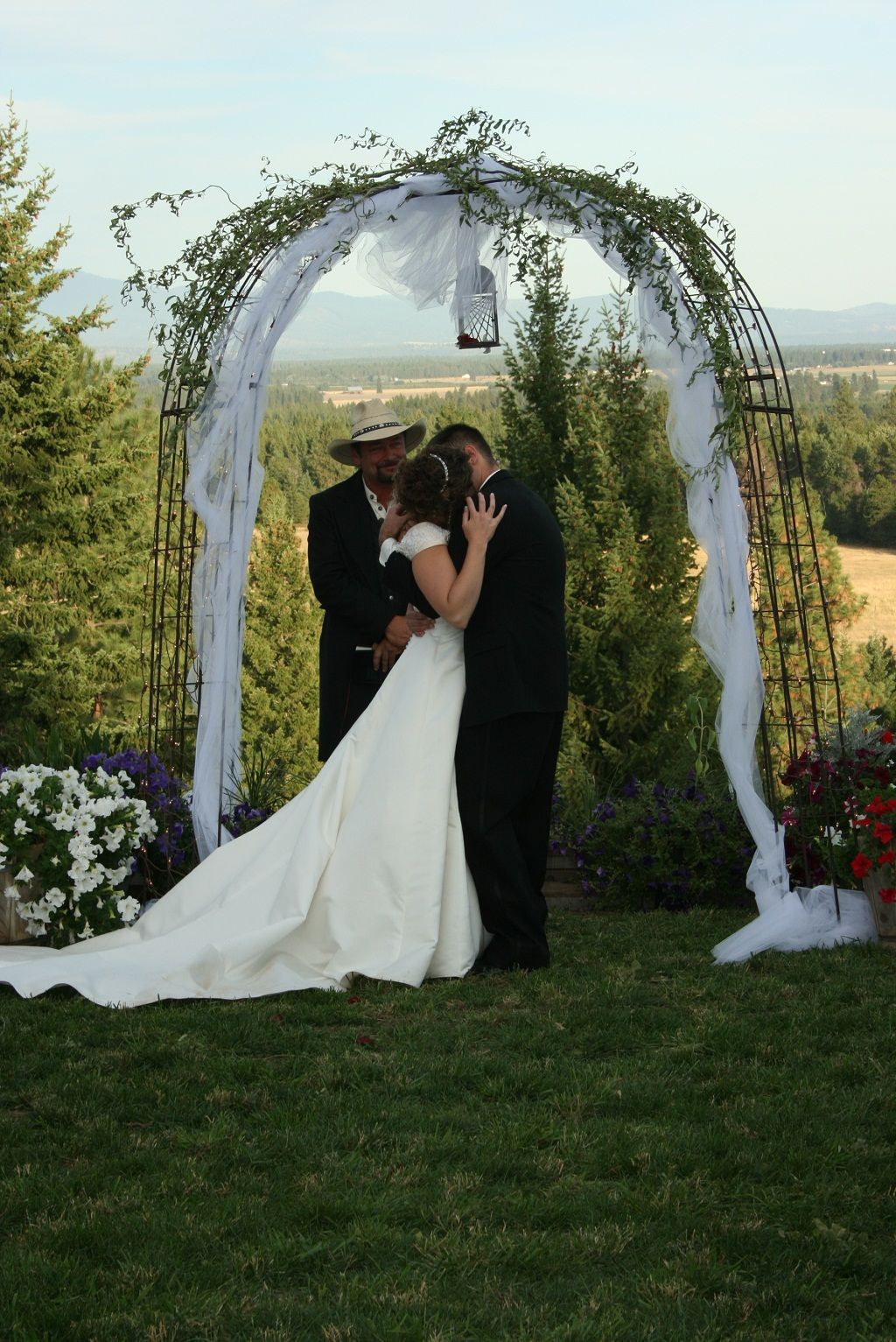 Ideas for wedding decorations outside  Great tips on Backyard Wedding decorations  backyard  Pinterest