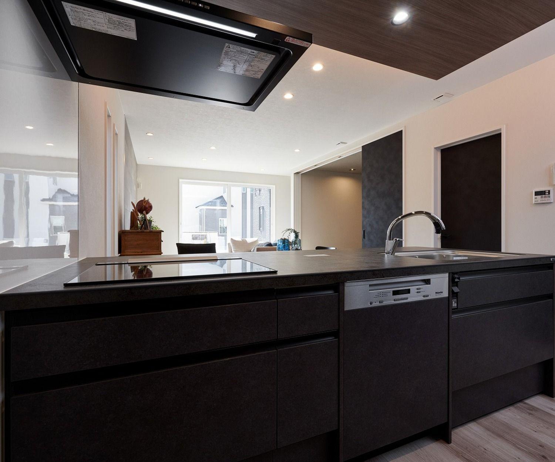 Lixilのシステムキッチン リシェルsi 天板は美しいセラミックトップで熱 傷 汚れに強いので スムーズに作業ができます 調味料や洗剤などの 汚れが浸透にしにくく お手入れがしやすい素材です インテリアとも調和する上品なシステムキッチンです 2020