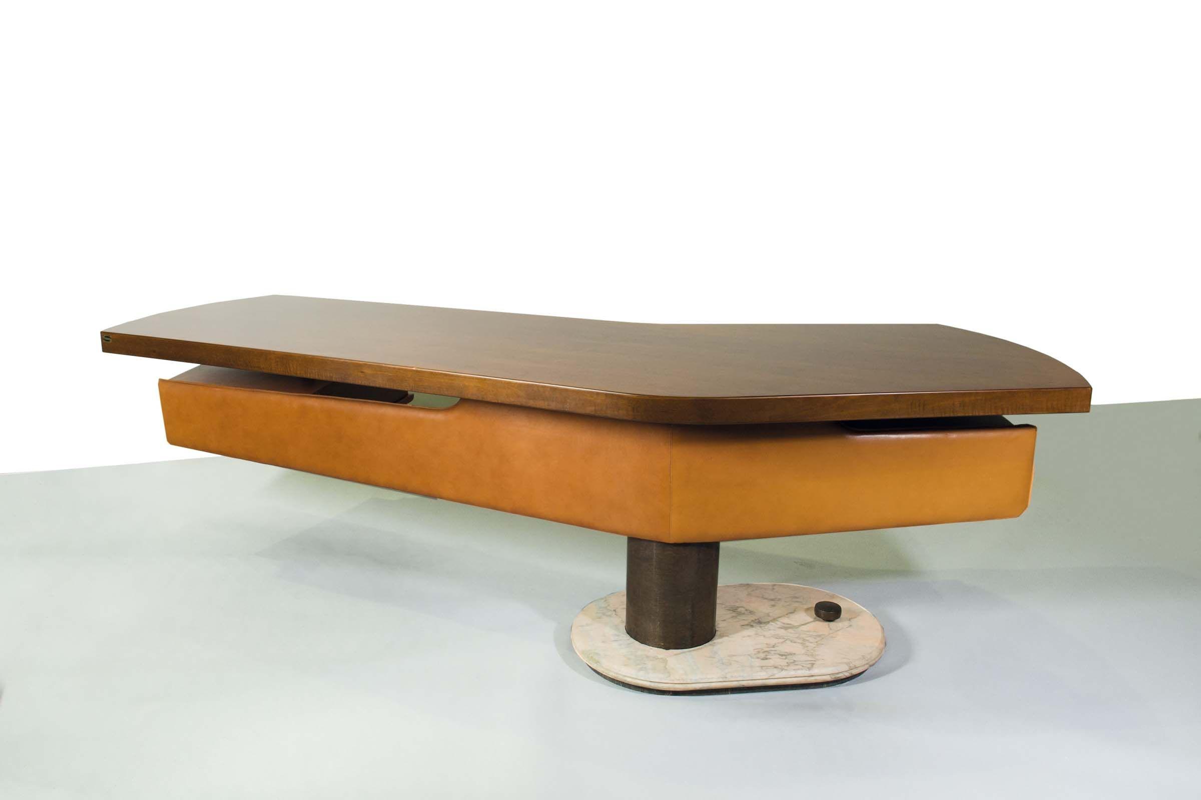 Scrivania, base in marmo, struttura in metallo verniciato, rifiniture in ottone e rivestimento in skai, Produzione Schirolli, Italia 1960, cm 120x250x75