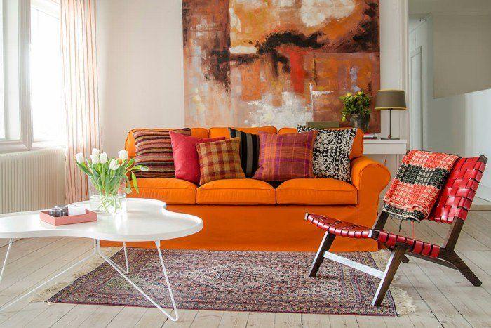 Wandbilder Wohnzimmer Oranges Sofa Dekokissen Teppich Holzboden