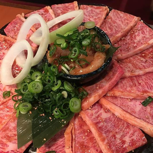 焼肉きたものの、6切れでダウン💦💦笑 でも肉は美味いね😊🍖 特選ロースも言ったけど残るなこれ(T ^ T) #ごはん #昼ごはん #ランチ #昼飯 #焼肉 #ステーキ #肉 #肉食 #霜降り #脂 #l4l #like4like #特選カルビ #特選ロース #カルビ #ロース #大阪