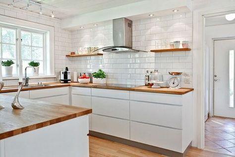 Cocina blanca uñero encimera madera y azulejos metro Köksideér