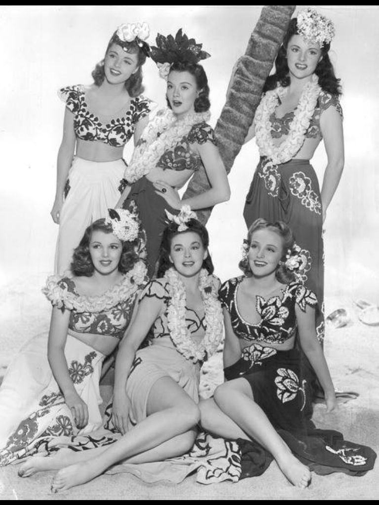77b60af3e4c4 1940s starlets in Hawaiian outfits with flowers in their hair, 40s fashion