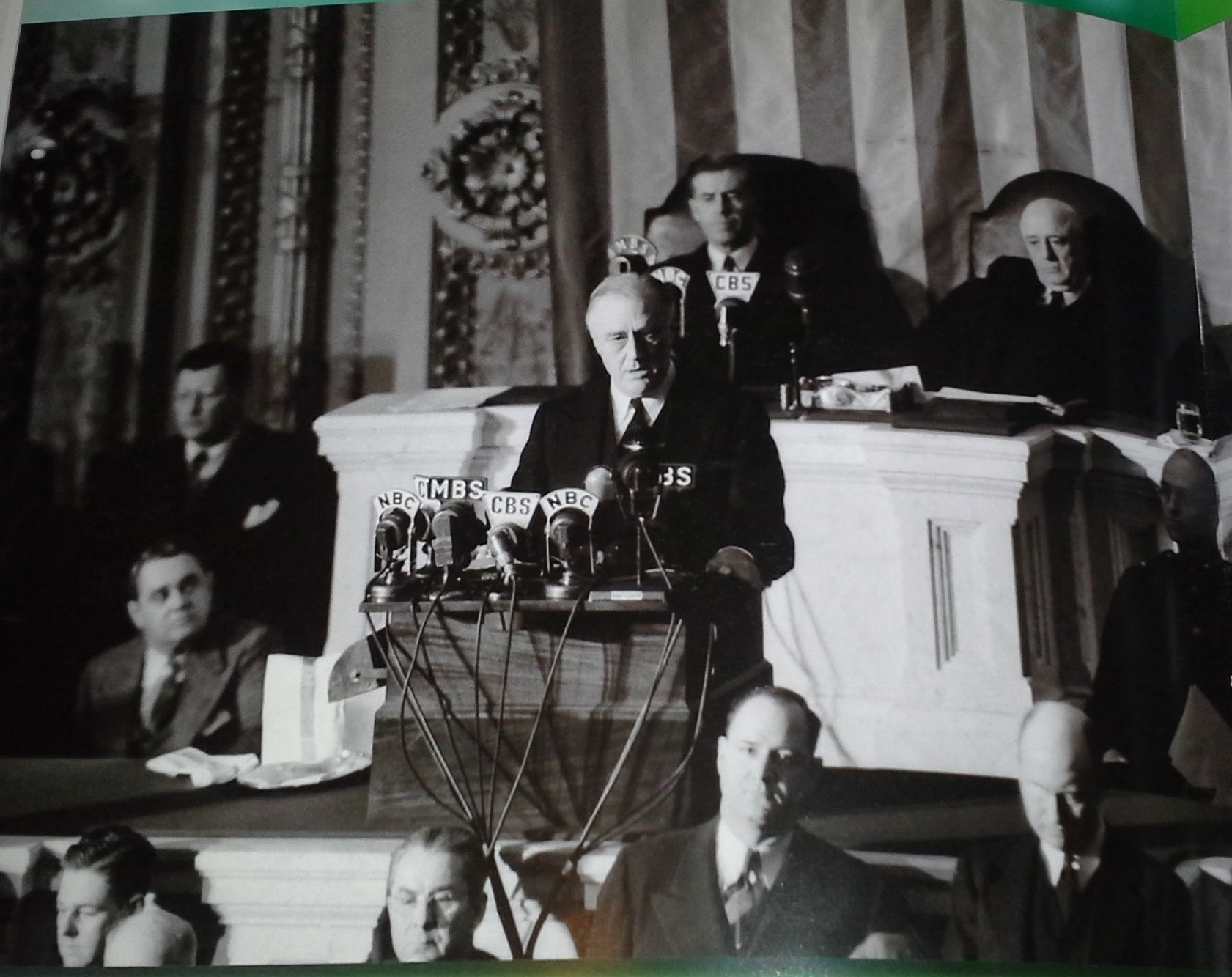 10- '' Nous avons fini par gagner...'' Le 8 décembre 1941, le président Roosevelt s'adresse au congrès  en demandant le vote de tous pour la guerre contre le Japon. À cette demande, une union sacrée se développe entre les républicains et les démocraties. S'en suit, le 1er janvier 1942 la Déclaration des Nations Unies et la formation de la Grande Alliance contre les puissances de l'Axe et du Japon.     Facon, P. Pearl Habor. UE, Editeal, 2011, p.80.