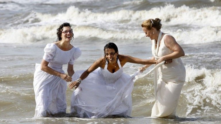 Der Fotografin Melanie Rijkers rief die Aktion ins Leben, ganz nach dem amerikaischen Brauch 'Trash the Dress'