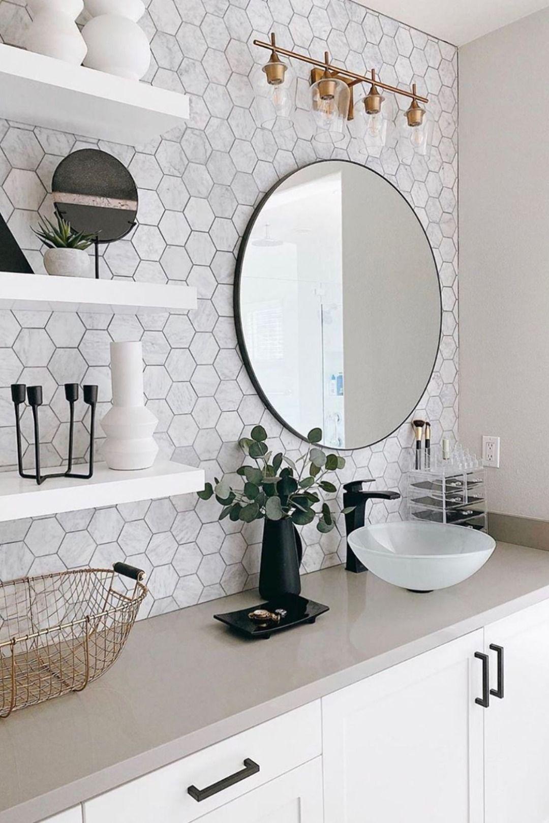 Salle de bain blanche scandinave, crédence hexagonale, robinet