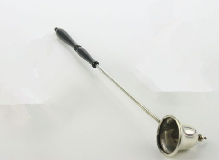 Online veilinghuis Catawiki: Zilveren kaarsendover met gezwart houten greep
