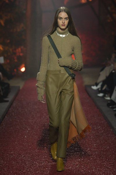 The complete Hermès Fall 2018 Ready-to-Wear fashion show now on Vogue Runway.