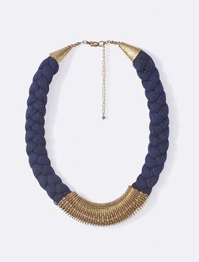 Jeu de tresse et de détails métal, harmonie en bleu et or : l'ethnique c'est chic... Et ce collier tour de cou sera notre atout beauté de l'été. Détai