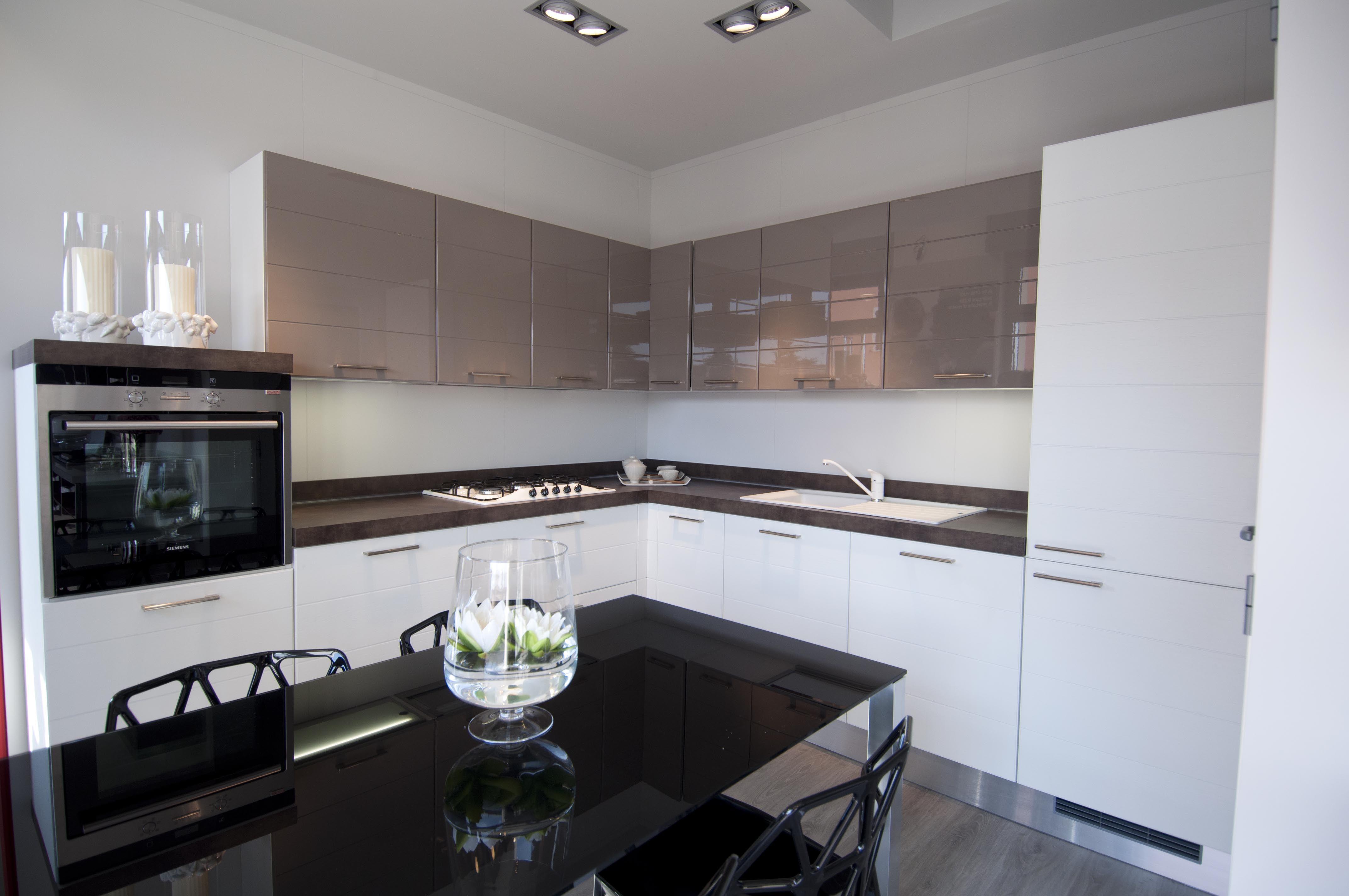 Cucine scavolini in esposizione composizione ad angolo for Cucine moderne scure