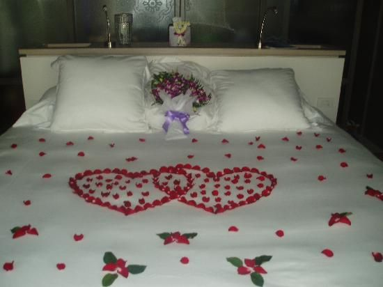 Rose petals on bed valentines day pinterest beds rose petals and roses - Imagenes de decoracion de habitaciones romanticas ...