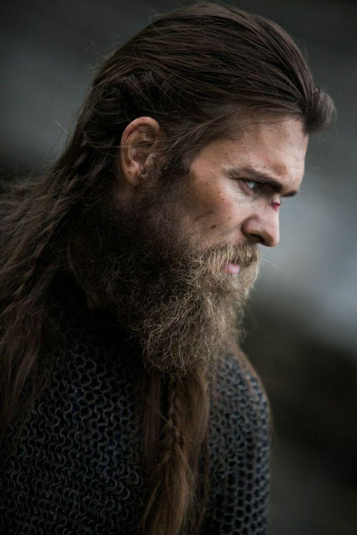 coupe de cheveux viking, barbe longue, cheveux noirs et raides, inspiration  rollo