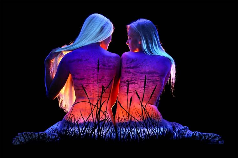 Beautiful Paint body painting and black light – beautiful landscapes painted on