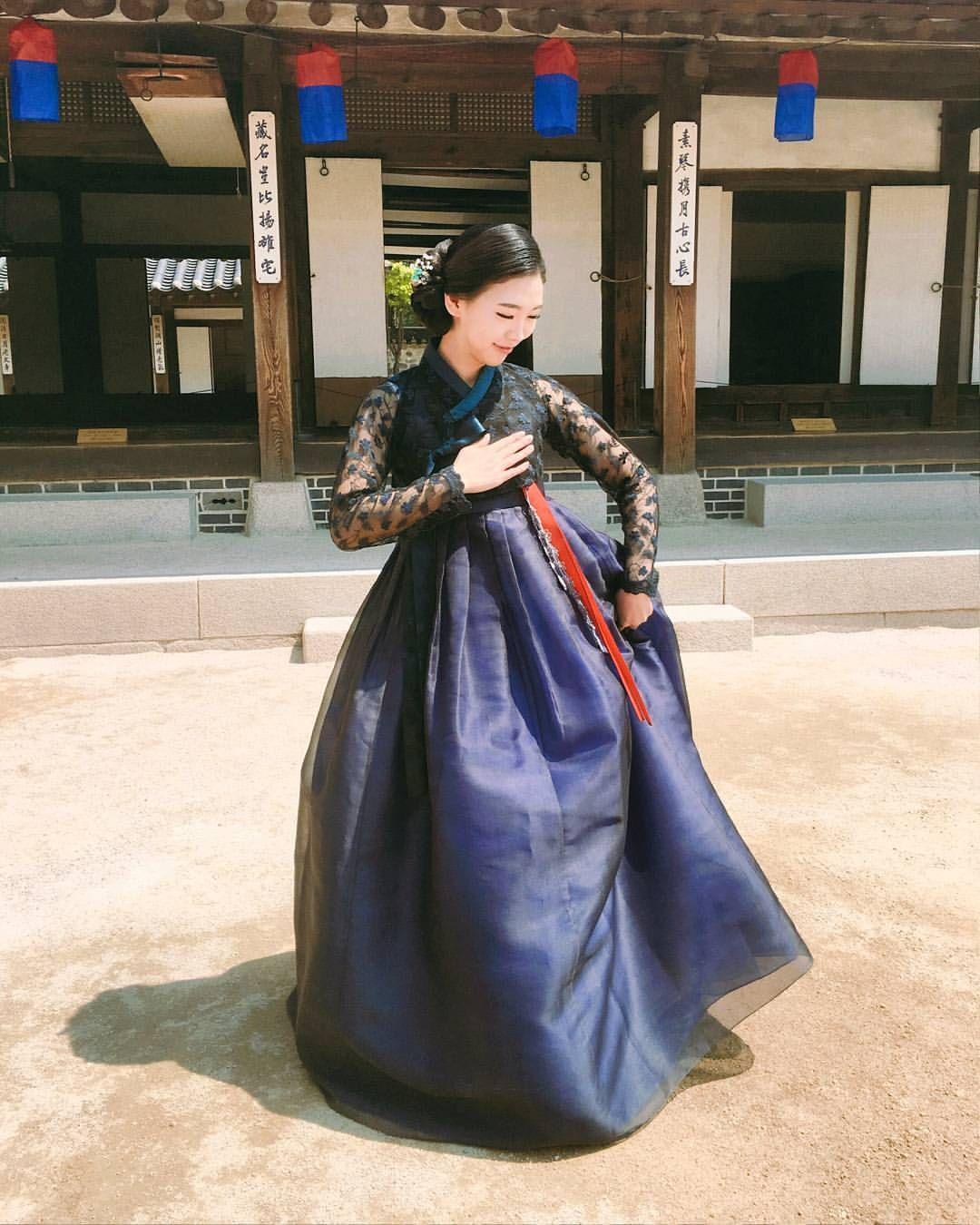 """좋아요 250개, 댓글 7개 - Instagram의 나비초롱[모란나비한복](@navihong)님: """"🌘이것이 모란나비 블루문 포스. (💕🙏사진 감사해요)  #모란나비한복 #모란나비 #한복 #hanbok #레이스저고리 #레이스한복 #생활한복 #데일리한복 #전통한복 #경기민요…"""""""