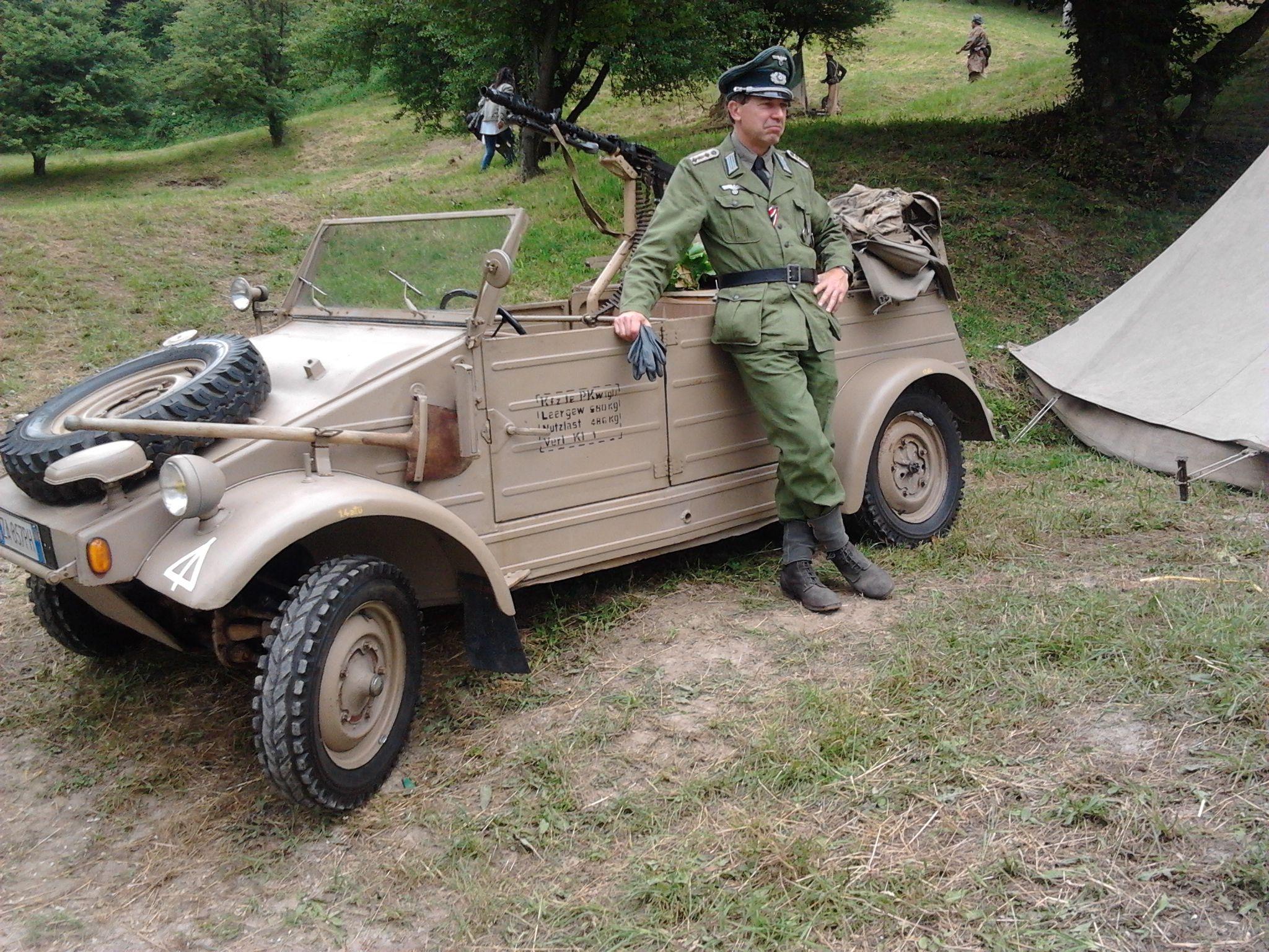 Passo del Giogo, ricostruzione di un campo di battaglia della 2ª Guerra Mondiale.. veicolo e medico tedesco.