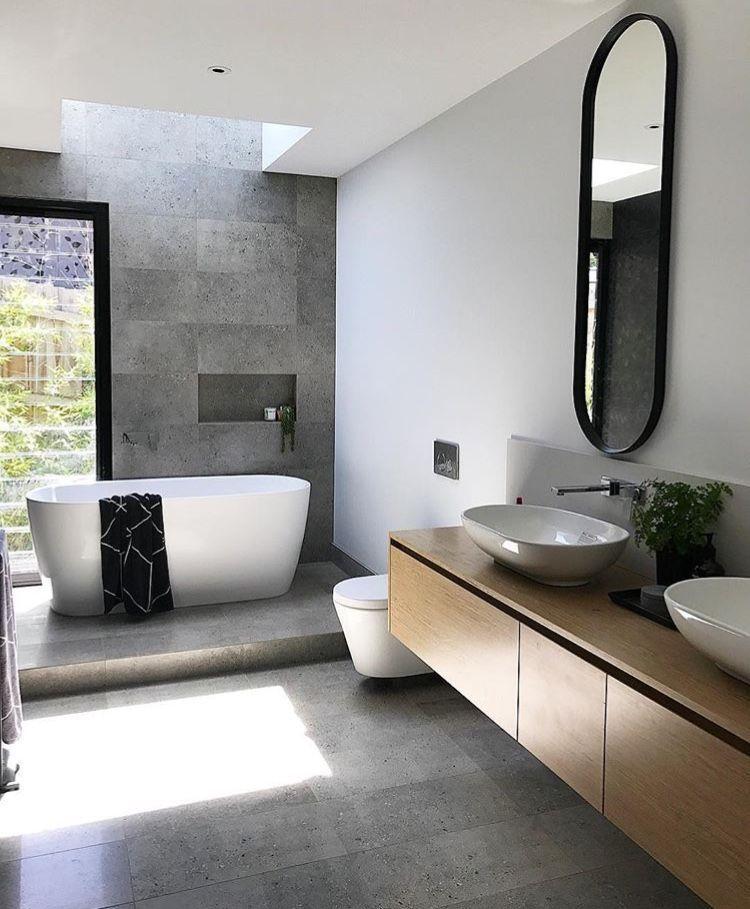 Grey Wood Chrome Fittings And Black Accessoires In 2020 Bad Fliesen Designs Badezimmer Schwarz Badezimmer Innenausstattung
